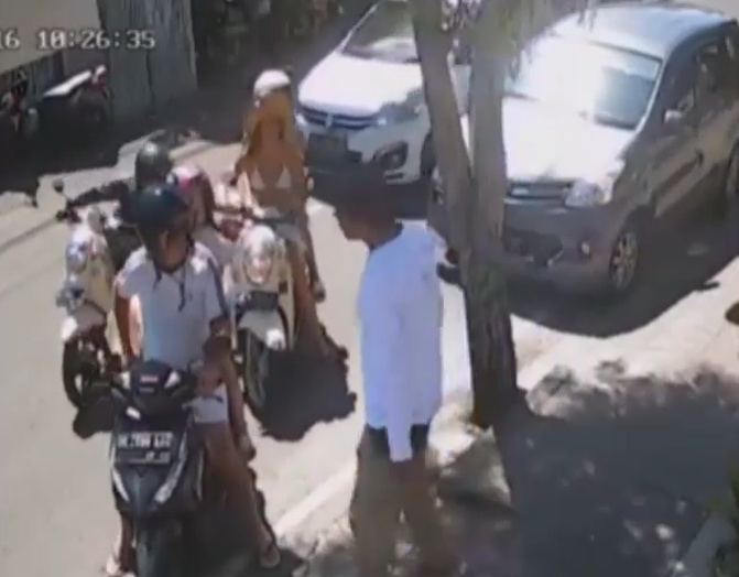 Viral Video Shows How Fast Thieves Steal From Tourists in Seminyak