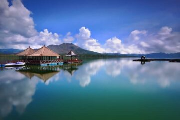 Water on Lake Batur Turns Green, Concerning Local Fish Farmers