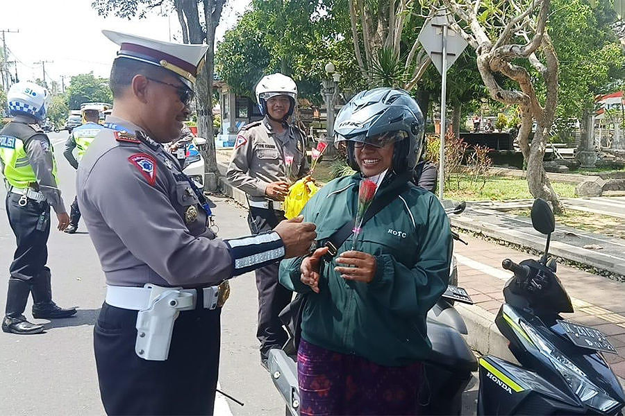 bali police hand out flowers and chocolates