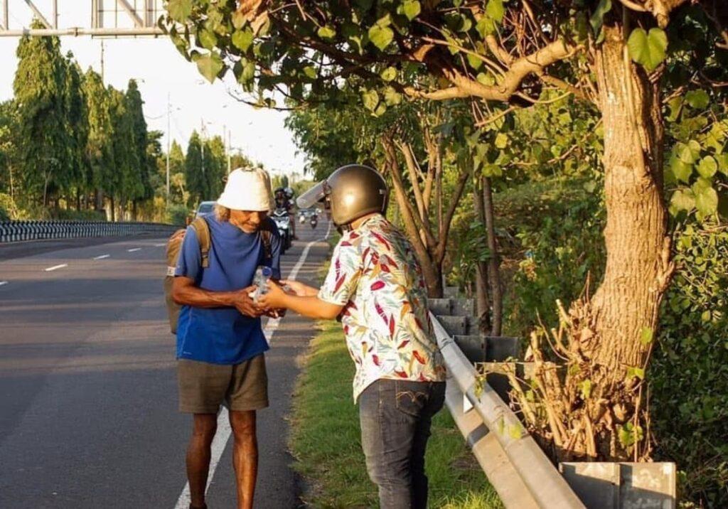 Bali donation to hungry man