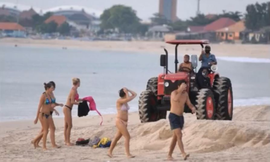 Officer Forced To Use Tractor After Tourists Ignore Warnings To Leave Beach