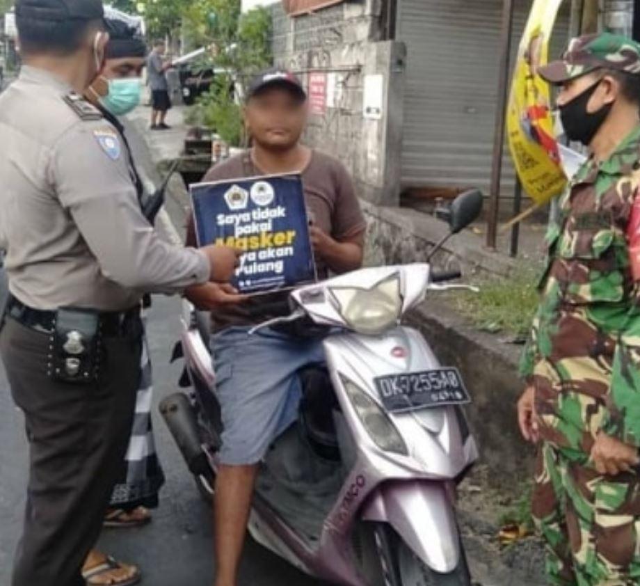 officals stop a motorist not waring a mask