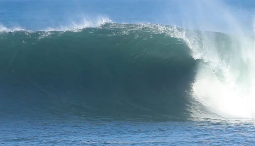 4 Meter Waves Smash Bali Beaches And Threaten Businesses