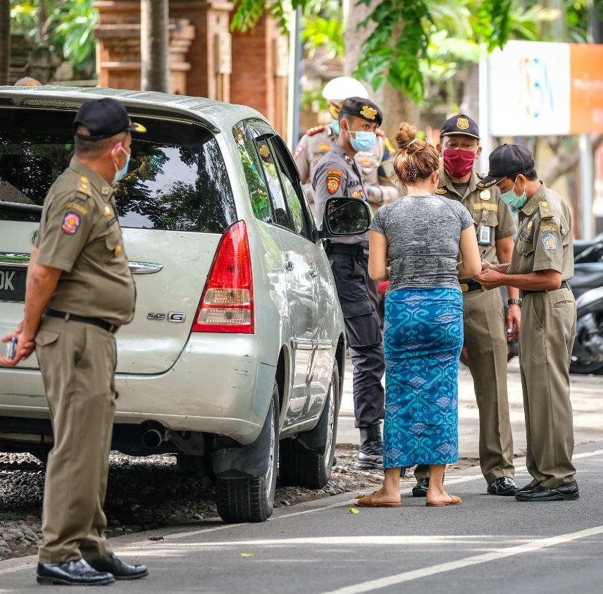 Bali tourist police mask enforcement