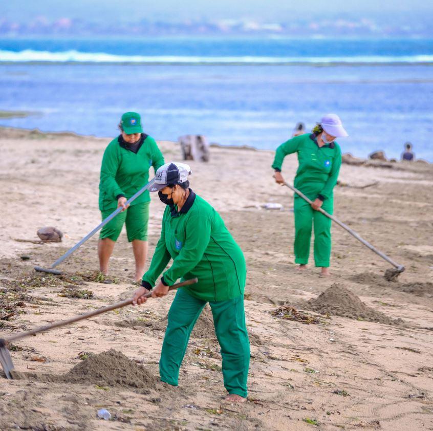 Beach garbage clean up