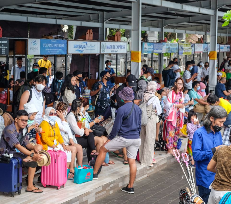 tourists wait for fast boats