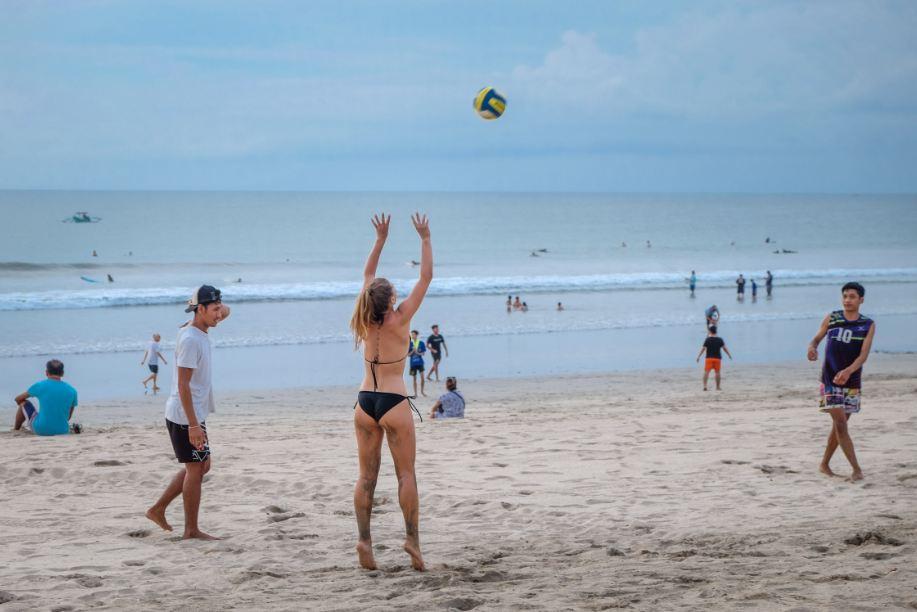 beach volleyball tourists