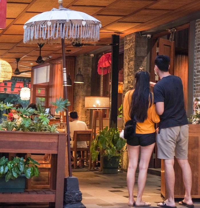 tourists-at-restaurant