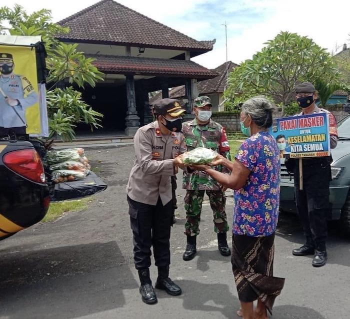 Tabanan police distributing food