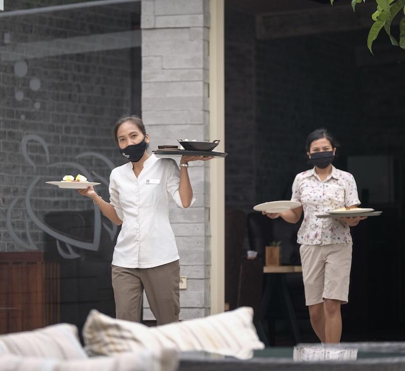 servers masks restaurant
