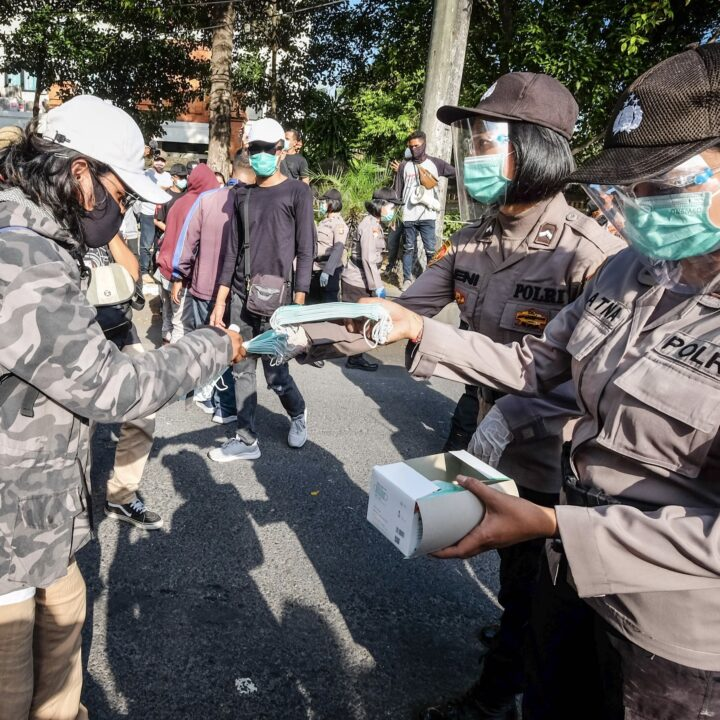 Bali Police Distribute Free Food and Masks During Patrol Operation
