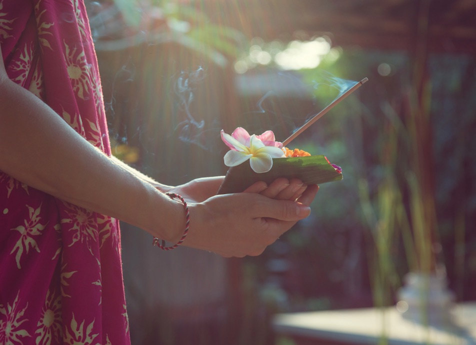 flower_and_incense_offering_bali__jpg