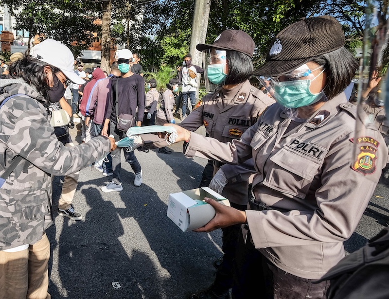 police handing out free masks