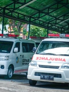 A truck which was driven by a local man named Marten Dalo from East Nusa Tenggara has plunged into a river on Jalan Bypass Ida Bagus Mantra, Takmung Village on Wednesday afternoon (21/4).