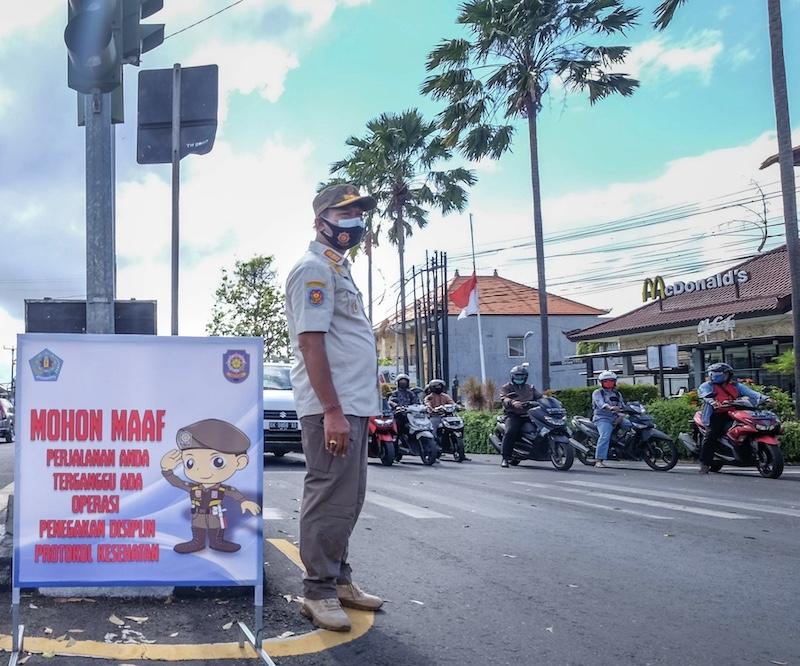 Bali police masks traffic