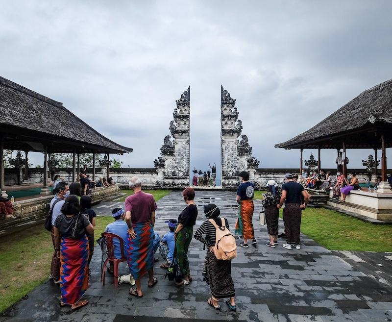 Bali temple tourists
