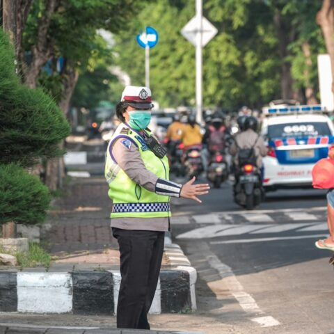 Badung Officials have threatened to penalize the grocery store for inadvertently allowing expats who painted a mask on her face to enter their supermarket.