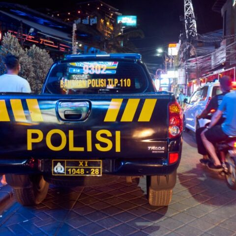 Two women who have been identified as Junaedi (Jeni) and Rudi Suhermanto (Mak Rida) have been arrested after stealing cell phones from expats in Bali.