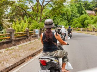 A 48-year-old woman has suffered a serious injury to her right arm from a road accident that occurred on Jalan Denpasar - Gilimanuk, Kerambitan Tabanan.