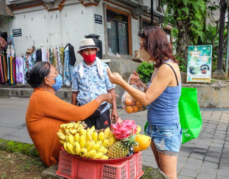 bali-vendor-with-mask
