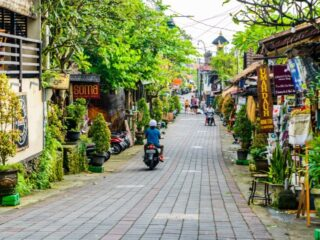 A 26-year-old woman who used to own a business in Kuta has been detained by Bali authorities for panhandling on Jalan Ida Bagus Mantra, Klungkung.