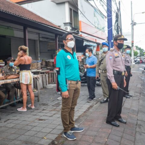 An Italian National was unable to pay a fine after getting caught by the authorities for not wearing a mask while driving a motorbike in Denpasar.