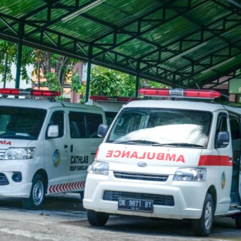 Two students with initial HKR and IMAJ have been rushed to the hospital after getting assaulted by a drunk man in Pemogan Village, Denpasar.
