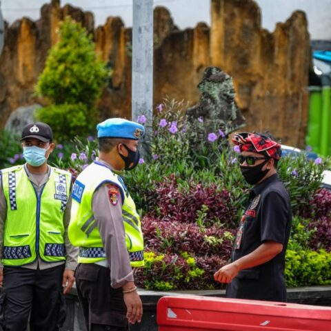 Two fitness centers and two beauty salons in Denpasar have been closed down by Bali authorities for violating the emergency partial lockdown policy.