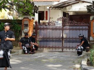 A couple from Poh Bergong Village, Buleleng were visited by authorities at their home on Thursday morning (29/7) after refusing a rapid antigen test by the medical team from a nearby clinic.