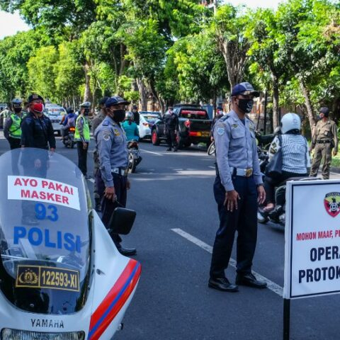 The Kuta police department has started distributing food aids to vaccinated citizens in the Kuta area on Thursday (29/7).