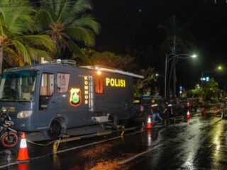 Officials from the Bali provincial government have decided to turn off all public street lights in the evening during the implementation of the emergency partial lockdown.