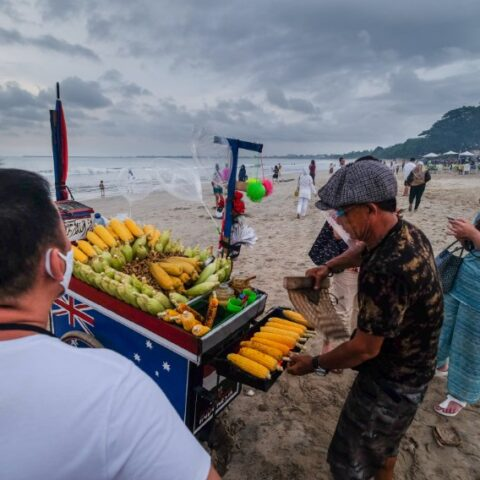 Officials from the Denpasar Tourism Agency have bought food from local vendors in the Dangin Puri area before closing their shops due to the 8:00pm curfew in Bali.