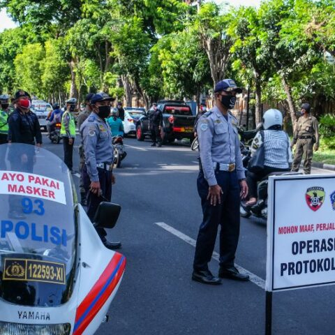 A 41-year-old man with initial INGS (a.k.a Nyoman) has been detained by the police for removing a road barrier during the travel restriction in Denpasar.
