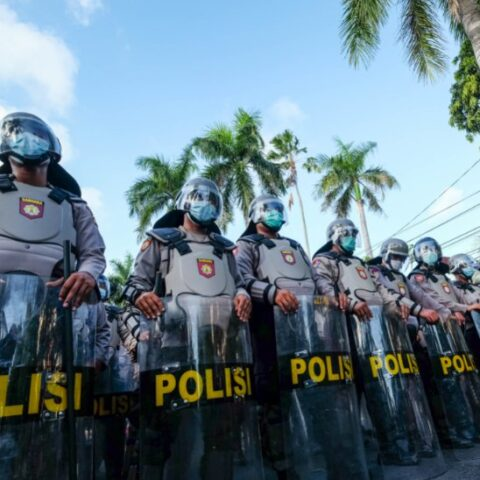 An owner of a cell phone shop in Buleleng has confronted officers as he refused to close his shop from operating during the emergency partial lockdown in Bali.