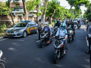 Authorities from the police department have arrested 8 students for illegal street racing during the emergency partial lockdown in Denpasar.