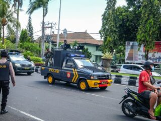 Two robbers in Balihave been arrested after they mistakenly left a motorbike at a crime scene.